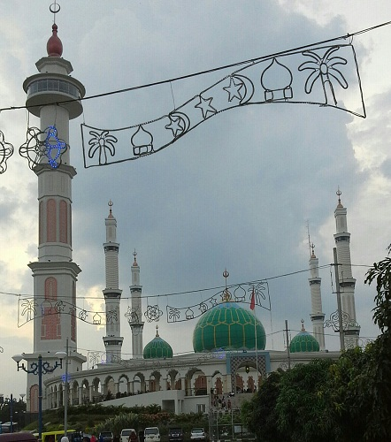 Menara Mesjid Agung Madani Islamic Centre Pasir Pangaraian. Menara terdiri dari  1 menara 99 m dan 4 menara 66,66 m  (Rokan Hulu, Kamis 5/5/2016)