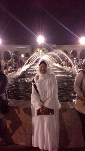Dokumentasi Foto dengan latar 9 pasang air mancur Mesjid Agung Madani Islamic Centre Pasir Pangaraian Rokan Hulu, Kamis 5/5/2016