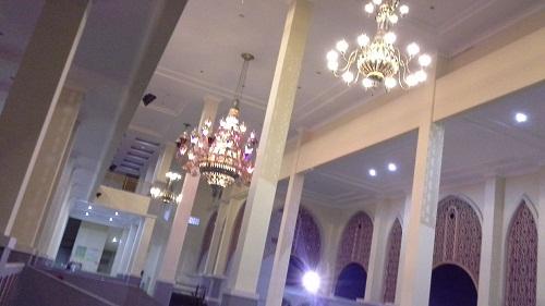 Lampu Hias Sekitar Selasar Luar Bagian Timur (Mesjid Agung Madani Islamic Centre Pasir Pangaraian Rokan Hulu, Kamis 5/5/2016)