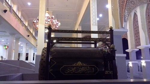 Tulisan Basmalah Menghiasi Dinding Bedug Mesjid Agung Madani Islamic Centre Pasir Pangaraian. (Rokan Hulu, Kamis 5/5/2016)