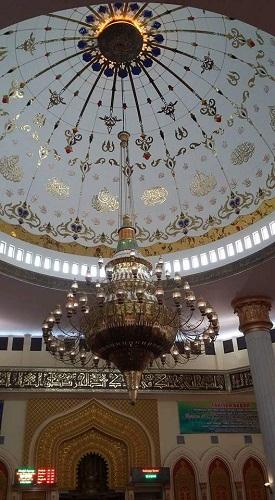 Dinding kubah bagian dalam (tempat lampu hias tergantung) terdapat ornemen-ornamen Islam (Masjid Agung Madani Islamic Centre Pasir Pangaraian (Rokan Hulu, Kamis 5/5/2016)