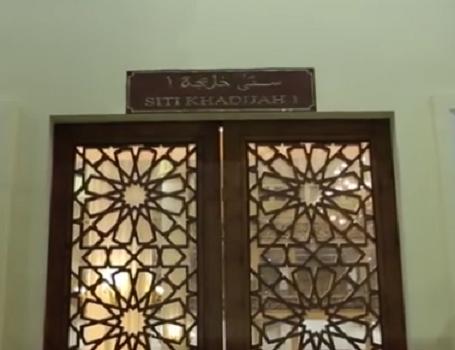 Pintu Siti Khadijah I adalah Nama Pintu Utama Bagian Utara Mesjid Agung Madani Islamic Centre (Pasir Pangaraian Rokan Hulu, Kamis 5/5/2016)