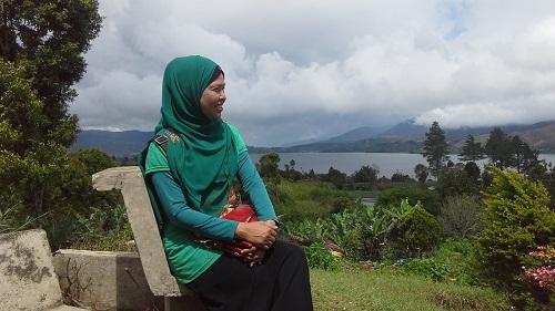 "Pesona Danau Kembar: Dokumentasi Foto di Panorama duduk santai sambil memandang ""Danau Diateh"" dan sekitarnya dari kejauhan (Rabu, 3/8/2016)"