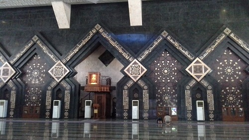 Dinding Depan Ruang Utama Mesjid Agung At-Tin TMII Jakarta Timur (Rabu 17 Agustus 2016)
