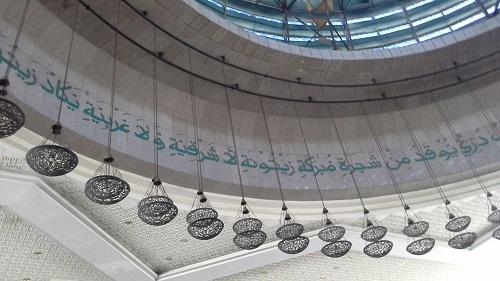 Kaligrafi Al-Quran tertulis di dinding kubah utama sekeliling Lampu Gantung berjuntai (Mesjid Agung At-Tin TMII Jakarta, Rabu 17 Agustus 2016)