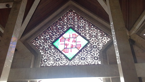 Arsitektur Unik dengan Bentuk anak panah ukiran kerrawang atau ukiran tembus sebagai ventilasi udara dan cahaya plus hiasan kaca patri yang indah (Mesjid Agung At-Tin TMII Jakarta Timur, Rabu 17 Agustus 2016)