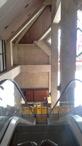 Eskalator menuju pintu utama Mesjid Agung At-Tin TMII Jakarta Timur (Rabu 17 Agustus 2016)