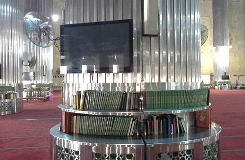 Kipas angin, TV, dan Rak-rak yang dipenuhi Al-Quran terdapat di sekeliling pilar penopang Kubah Masjid Istiqlal Jakarta  (Kamis18 Agustus 2016)