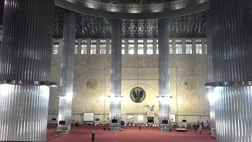 Ruang utama Masjid Istiqlal Jakarta (Kamis18 Agustus 2016)