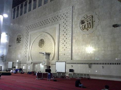 Dinding depan ruang utama Masjid Istiqlal Jakarta dilihat dari sisi kanan (Kamis, 18 Agustus 2016)