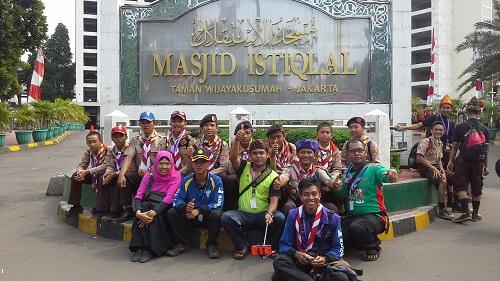 Dokumentasi foto bersama pramuka penggalang kontingen Solok Sumatera Barat di depan Masjid Istiqlal Jakarta  (Kamis18 Agustus 2016)