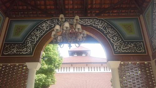 Lampu Hias yang tergantung dan Tulisan Kaligrafi menambah keindahan dan kemegahan Gerbang Masjid UI (Universitas Indonesia Depok, Jumat 19 Agustus 2016)