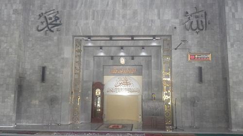 Dinding Depan Ruang Utama Shalat Masjid UI Depok