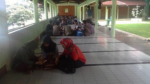 Mahasiwa dan mahasiswi UI sedang mentoring dan berdiskusi di Koridor kiri Masjid UI Depok (Universitas Indonesia Depok, Jumat 19 Agustus 2016)