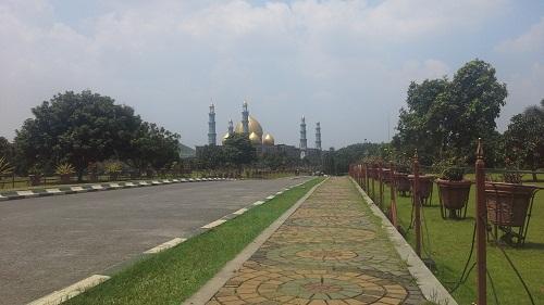 Penampakan Masjid Kubah Emas Depok dari pintu gerbang masjid (Jumat 19 Agustus 2016)