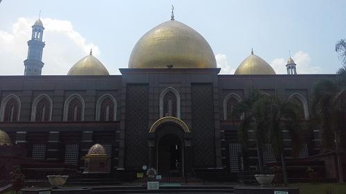 Kubah Masjid  di Lihat dari Depan Area Pintu Masuk Jamaah Pria (Masjid Kubah Emas Depok, Jumat 19 Agustus 2016)