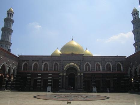 Menara dan Kubah Masjid  di Lihat dari Depan Area Pintu Masuk Jamaah Wanita (Masjid Kubah Emas Depok, Jumat 19 Agustus 2016)