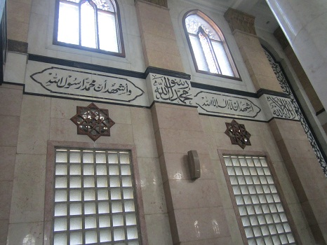 Kalimat syahadat yang terpampang pada segmen fasadnya dinding selatan ruang utama masjid (Masjid Kubah Emas Depok, Jumat 19 Agustus 2016)