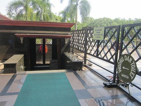 Tempat Wudhu Tertutup dan Toilet untuk Wanita yang Terdapat pada Bagian Dalam (Masjid Kubah Emas Depok (Jumat 19 Agustus 2016)