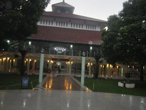 Masjid UI Depok berlantai Dua dengan Kubah Berbentuk Limas (Universitas Indonesia Depok, Jumat 19 Agustus 2016)