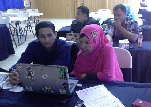 Peserta sedang praktik membuat bahan presentasi (Pelatihan TTW, SMK Cikini Jakarta Utara, Minggu 21 Agustus 2016)
