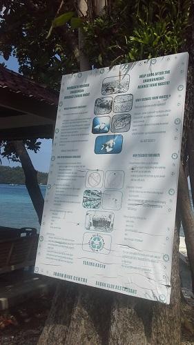 Papan Petunjuk/Larangan yang di Pasang di Pohon Sekitar Lokasi Pantai Iboih, yang isinya Himbauan untuk Menjaga Biota Laiut (Pantai Iboih Sabang Pulau Weh Kamis, 29 Desember 2016)
