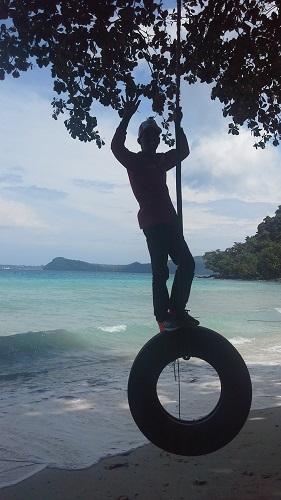 Bermain Ayunan dengan Ban di bawah Pohon Gapang Nan Teduh (Pantai Gapang Sabang Pulau Weh, Kamis 29 Desember 2016)