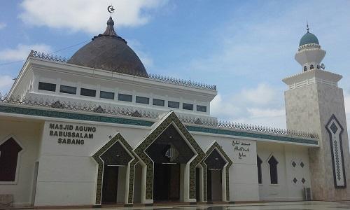 Kubah utama berwarna coklat kehitaman dengan lambang bulan bintang di puncak kubah, dan 4 menara dengan kubah kecil warna hijau (Masjid Agung Babussalam Sabang Pulau Weh, Kamis 29 Desember 2016)