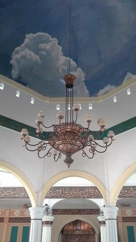 Lampung Kristal Tergantung pada Langit-langit Kubah Utama Masjid Agung Babussalam Sabang Pulau Weh (Kamis 29 Desember 2016)
