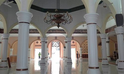 Delapan Pilar Kokoh Berwarna Putih sebagai Penopang Kubah Utama Masjid Agung Babussalam Sabang Pulau Weh (Kamis 29 Desember 2016)