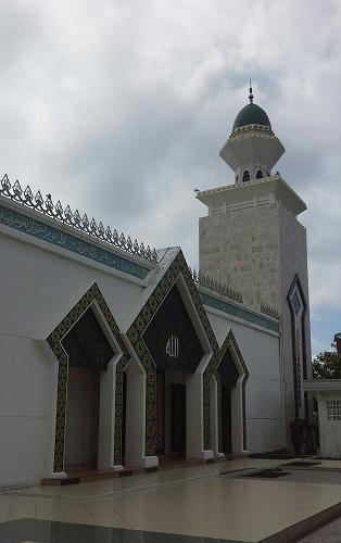 Desain Anak Patah ke Atas Salah Satu Ciri Khas Masjid Agung Babussalam Sabang Pulau Weh (Kamis, 29 Desember 2016)