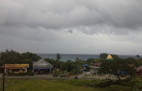 Air laut yang menghitam karena cuaca ekstrim terlihat jelas dari Penginapan Tapak Gajah Kota Sabang Pulau Weh (Kamis, 29 Desember 2016)