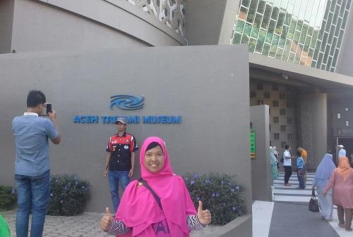 Dokumentasi Foto di dekat pintu masuk utama Aceh Tsunami Museum (Banda Aceh Jumat, 30 Desember 2016)