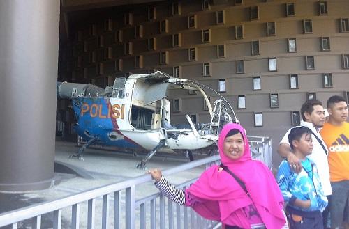 Dokumentasi Foto di depan puing helly kopter Polisi salah satu saksi bisu tsunami Aceh 2004. Lokasi ini terletak dekat pintu masuk utama Aceh Tsunami Museum (Banda Aceh Jumat, 30 Desember 2016)