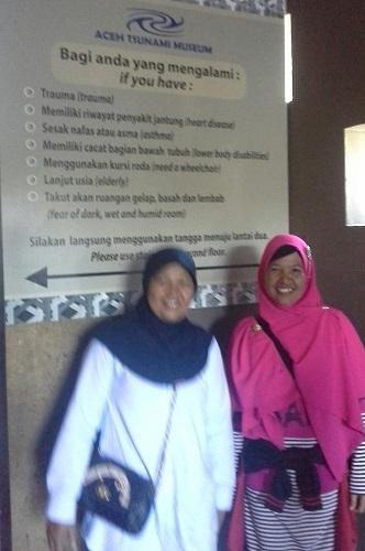 Dokumentasi Foto dengan latar informasi larangan bagi pengunjung yang memiliki trauma, penyakit, dsb untuk tidak masuk ke LorongTsunami yang terdapat pada Aceh Tsunami Museum (Banda Aceh Jumat, 30 Desember 2016)