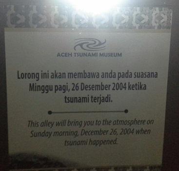 Papan informasi yang tertulis di pintu masuk Lorong Tsunami: Lorong ini akan membawa Anda pada suasana Minggu pagi, 26 Desember 2004 ketika tsunami terjadi (Banda Aceh Jumat, 30 Desember 2016)