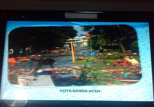 Keadaan Kota Banda Aceh pada tsunami 2004 salah satu tayangan Slide Monitor di Ruang Memory Musuem Tsunami Aceh (Banda Aceh Jumat, 30 Desember 2016)