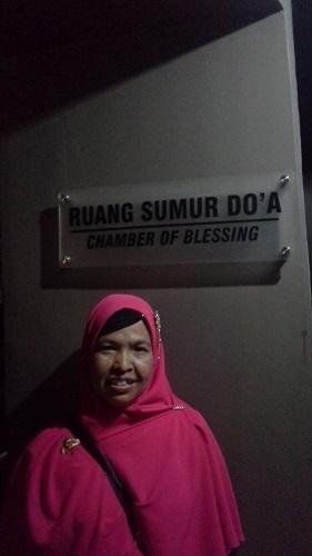 Dokumentasi di pintu masuk Ruang Sumur Doa Museum Tsunami Aceh (Banda Aceh Jumat, 30 Desember 2016)