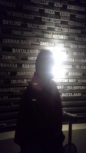 Nama-nama korban tertera di dinding Ruang Sumur Doa Museum Tsunami Aceh (Banda Aceh Jumat, 30 Desember 2016)