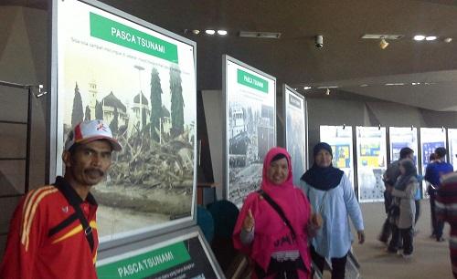 Dokumentasi Foto di ruang pameran dengan latar foto raksasa Pasca tsunami 2004 (Museum Tsunami Banda Aceh Jumat, 30 Desember 2016)