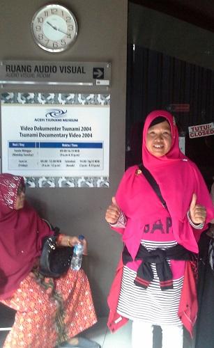 Dokumentasi Foto di depan pintu masuk Ruang Teater Audio Visual menunggu antrian masuk untuk menonton film tsunami 2004 (Museum Tsunami Banda Aceh Jumat, 30 Desember 2016)