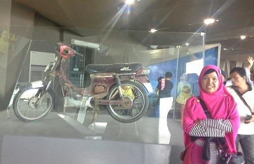 Puing Sepeda Motor, saksi bisu dahsyat Tsunami 2004 (Museum Tsunami Banda Aceh Jumat, 30 Desember 2016)