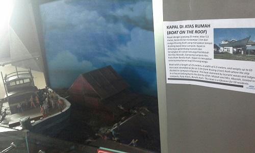 Maket/Diorama Kapal Di Atas, kapal seberat 65 ton terdampar di atas rumah warga salah satu saksi bisu tsunami 2004 (Museum Tsunami Banda Aceh Jumat, 30 Desember 2016)