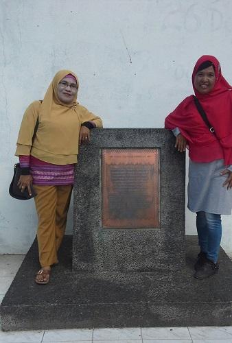 "Dokumentasi Foto di Samping Plakat Tiga Bahasa Kisah Tentang Terselamatnya 59 Orang berkat ""Kapal Di Atas Rumah Lampulo"" (Banda Aceh Jumat, 30 Desember 2016)"